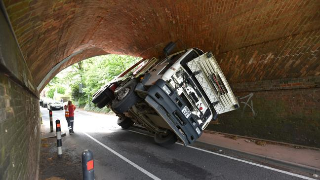 truck-wedged-under-tunnel-136398234393403901-150522100955.jpg